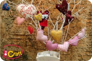 corações na árvore de natal