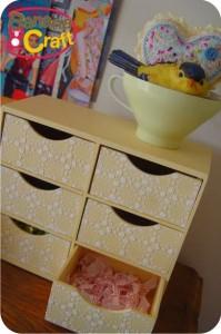 gaveteiro de madeira com passarinho