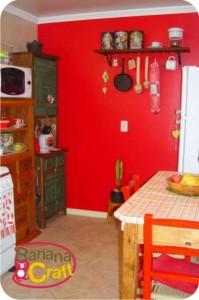 cozinha com parede vermelha
