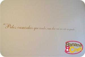 frase colada na parede