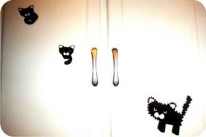gatos adesivados na porta do armário