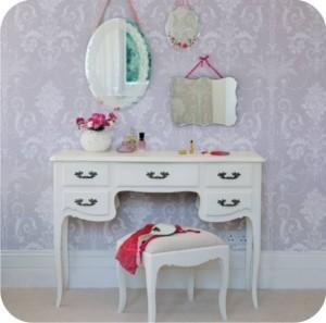 penteadeira branca com espelhos na parede
