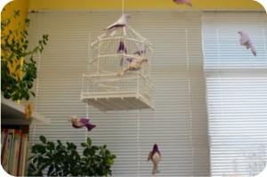 gaiola com passarinhos de tecido