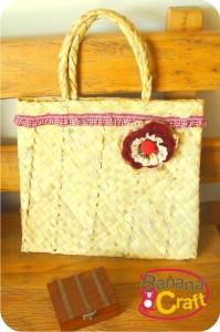 sacola de palha com flor de crochê