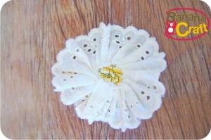 flor de fuxico com bordado inglês