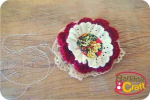 flor de crochê com fuxico