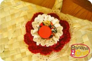 sacola de palha com flor de crochê e fuxico