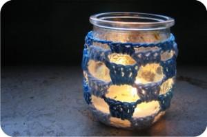 castiçal de vidro forrado com crochê