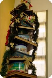 pinheiro de natal feito com latas e livros