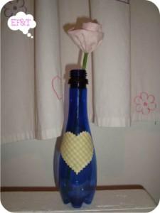flor de tecido em garrafa reciclada
