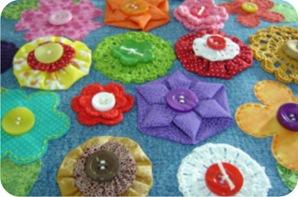 flores de crochê e tecido