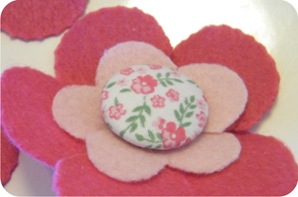 broche flor de feltro e tecido