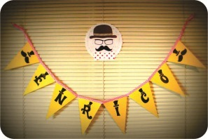 caretas de bigodes e bandeirolas