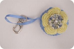 chaveiro com flor de crochê