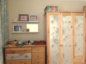 guarda-roupa renovado com papel de parede